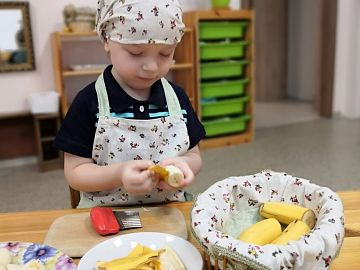 Чистим и режим бананы к фруктовому завтраку.