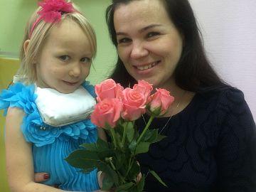 Самая юная ученица Баландина Лиза, ей 4 года. Начала занятия на скрипке в 3 года.