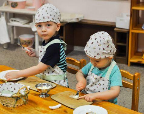 Любимое занятие особенно у новеньких детей - приготовить бутерброды для всех ребят.